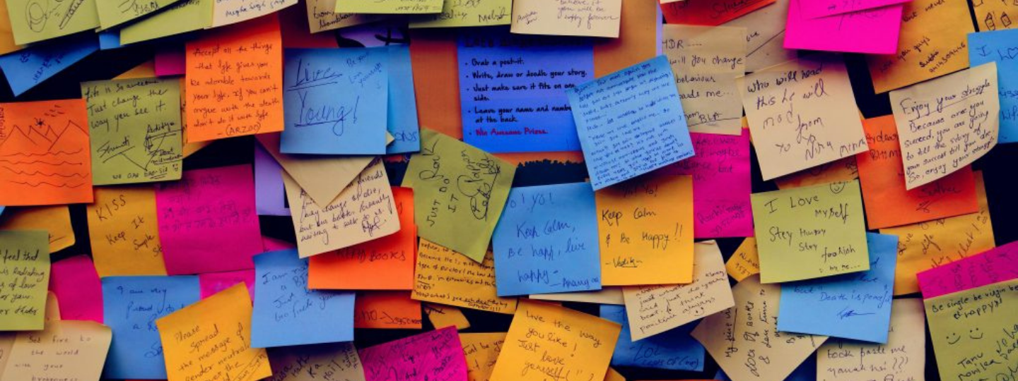 A wall of post-it notes messages